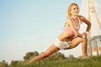 kobieta ćwicząca na łonie natury